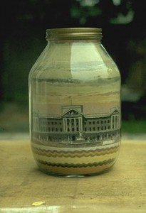 More than 100 years after Andrew Clemens made art from sand, Brian Pike used the same techniques to create this 1981 tribute to London's Buckingham Palace. (Photo credit: Brian Pike/Wikimedia Commons)
